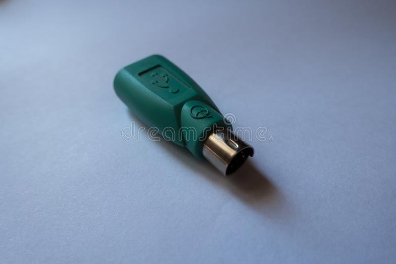 Один зеленый USB к переходнику штепсельной вилки PS2 стоковое фото rf