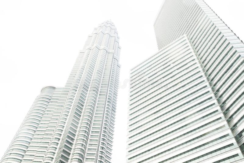 Один из Башен Близнецы и небоскреба Petronas от взгляда низкого угла, Куала-Лумпур, Малайзия стоковые изображения rf