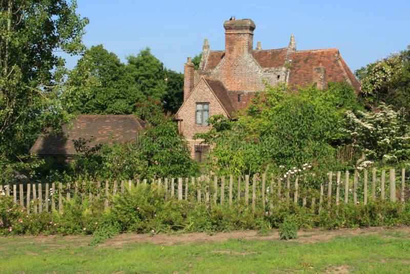 Один из коттеджей на замке Sissinghurst в Кенте в Англии в лете стоковое изображение