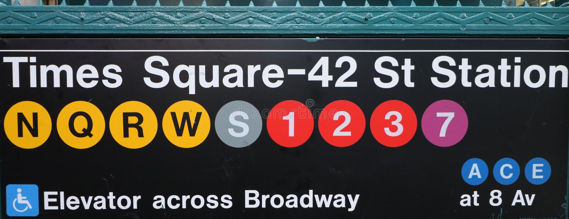 Один из много знаков для входа метро в Таймс-сквер, Нью-Йорк Ciy стоковые фотографии rf