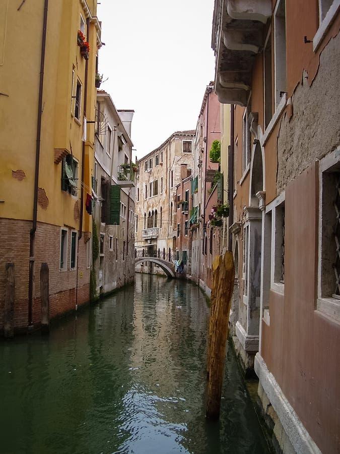 Один из много каналов с красивыми старыми домами в Венеции, Италия стоковое изображение