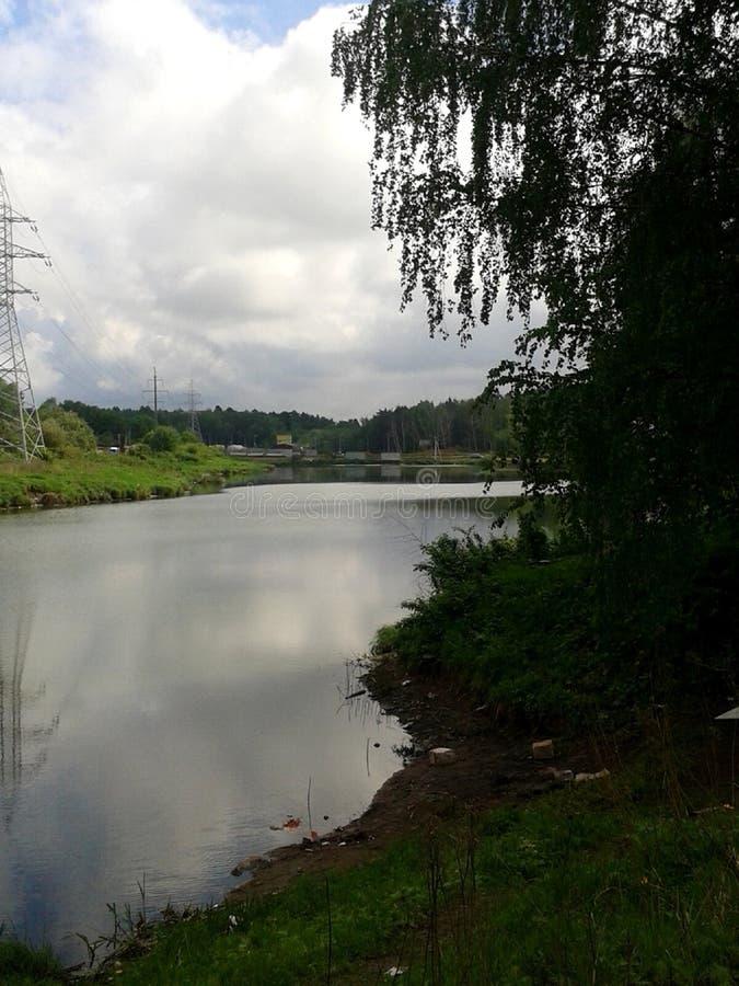Один из пригородных прудов в пасмурной погоде стоковая фотография
