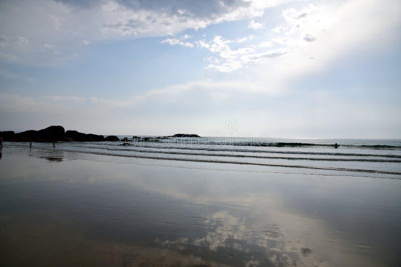 Один из самых красивых пляжей Когда солнце устанавливает, заход солнца накаляет на горизонте море здесь тихо, ветре и развевает a стоковые изображения rf
