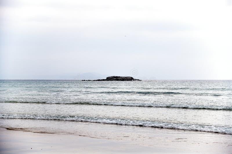 Один из самых красивых пляжей Когда солнце устанавливает, заход солнца накаляет на горизонте море здесь тихо, ветре и развевает a стоковая фотография
