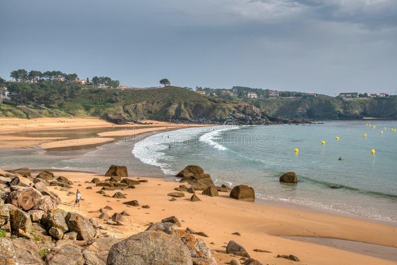 Один из самых красивых пляжей Когда солнце устанавливает, заход солнца накаляет на горизонте море здесь тихо, ветре и развевает a стоковое изображение rf