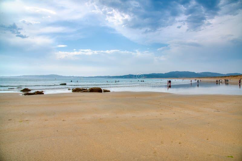 Один из самых красивых пляжей Когда солнце устанавливает, заход солнца накаляет на горизонте море здесь тихо, ветре и развевает a стоковая фотография rf