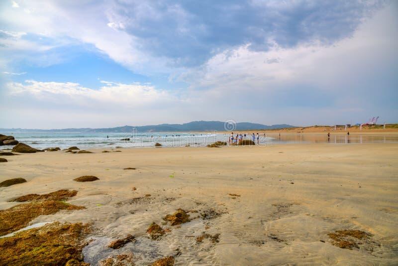 Один из самых красивых пляжей Когда солнце устанавливает, заход солнца накаляет на горизонте море здесь тихо, ветре и развевает a стоковые фотографии rf