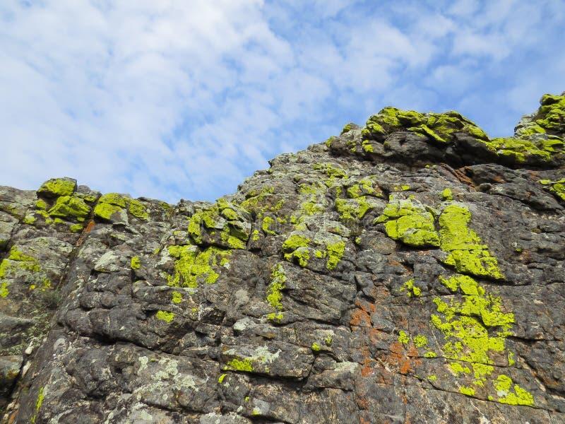 Один из утесов покрытых с лишайником, в замке духов, место силы острова Olkhon стоковое фото