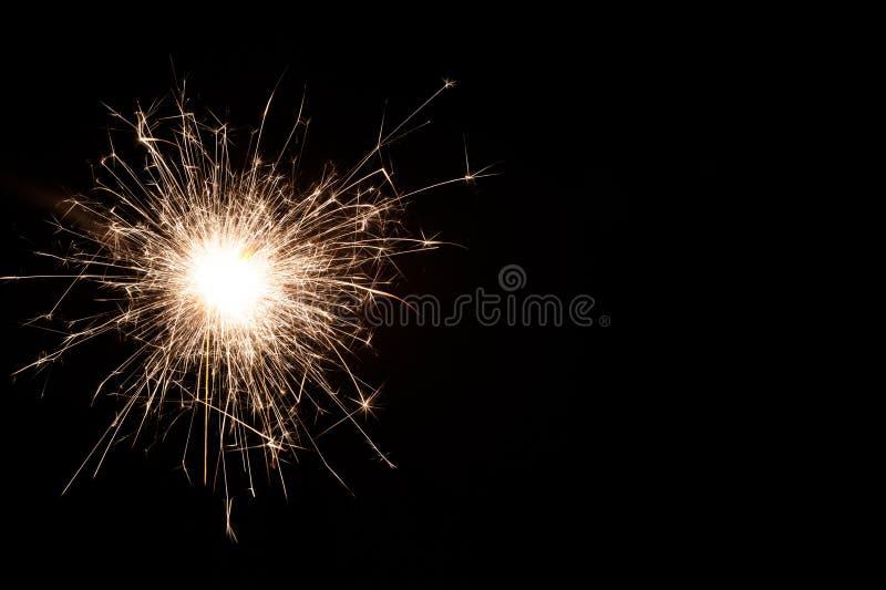 Один небольшой бенгальский огонь Нового Года на черной предпосылке стоковая фотография rf