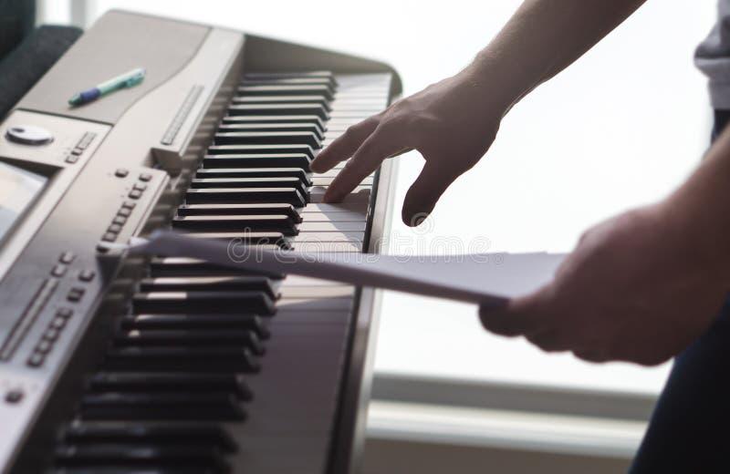 Один одиночный палец отжимая ключ на рояле стоковые фото
