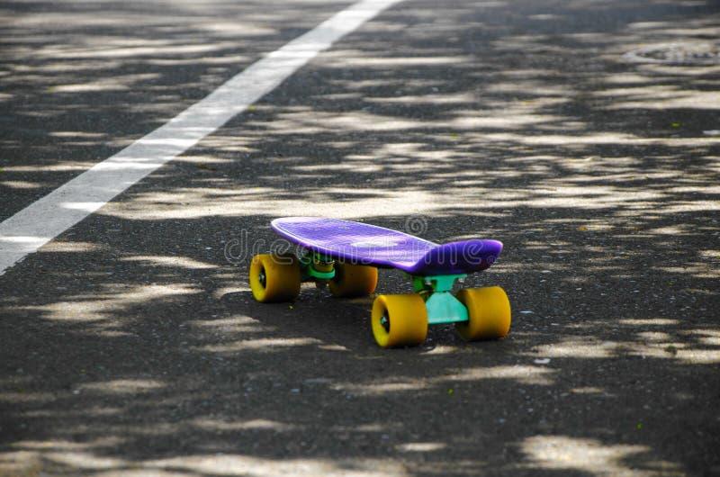 Один скейтборд на дороге стоковое изображение