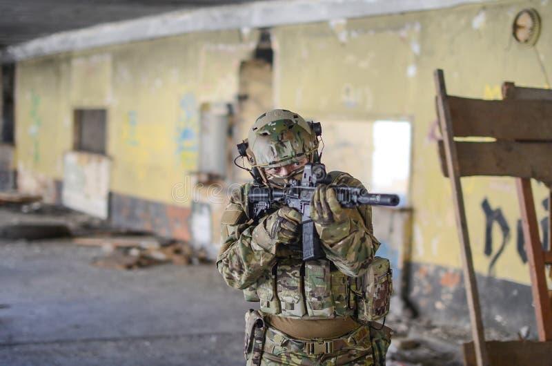 Один солдат в шестерне боя стоковое фото