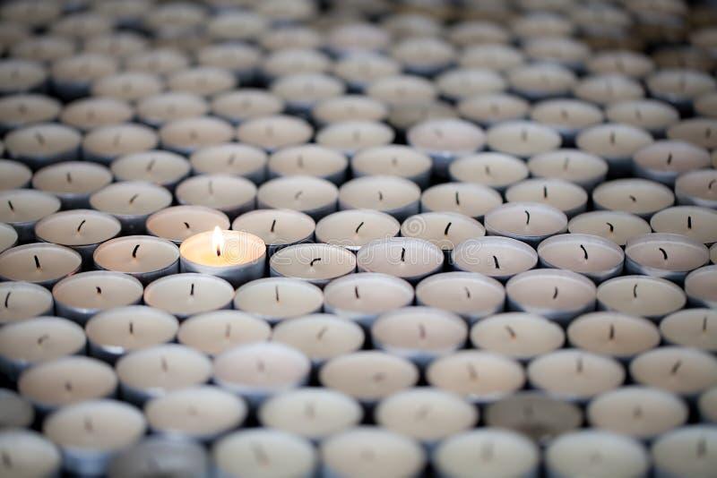 один стоять Одиночное жизнерадостное пламя держит сгореть среди человека стоковые фотографии rf
