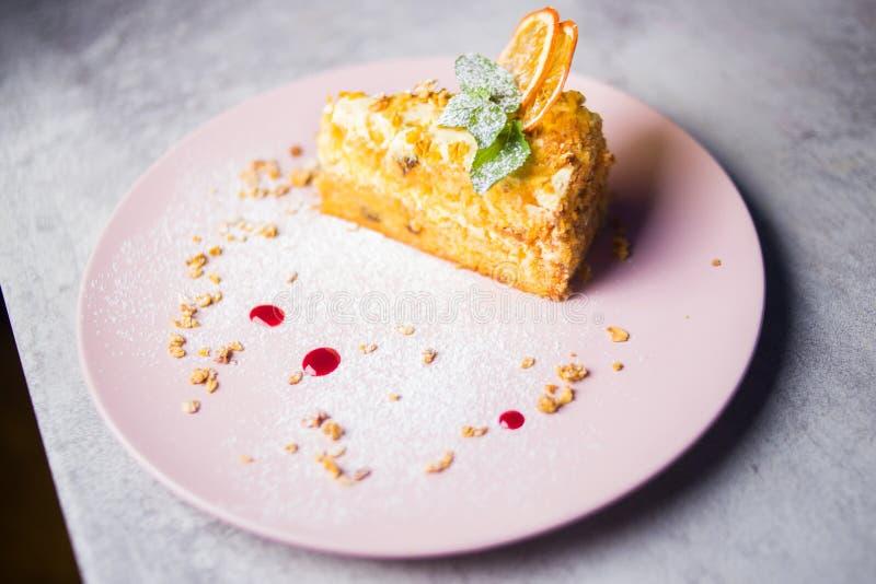 Один торт с мятой стоковое изображение rf