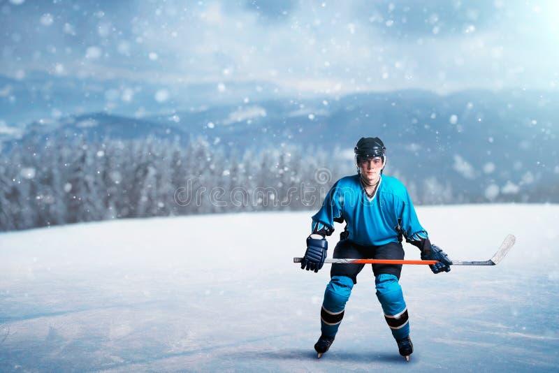Один хоккеист с ручкой на открытом льде стоковые фотографии rf