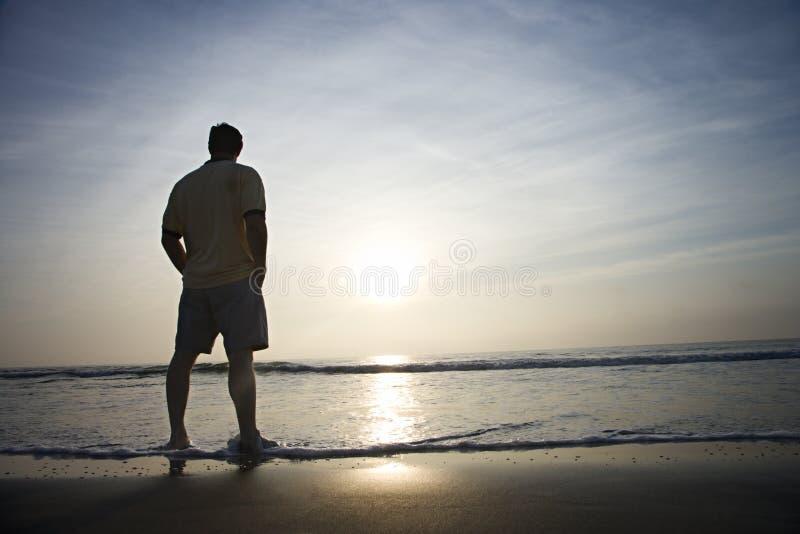 один человек пляжа