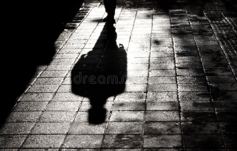 Один человек самостоятельно в силуэте темной тени стоковое изображение rf