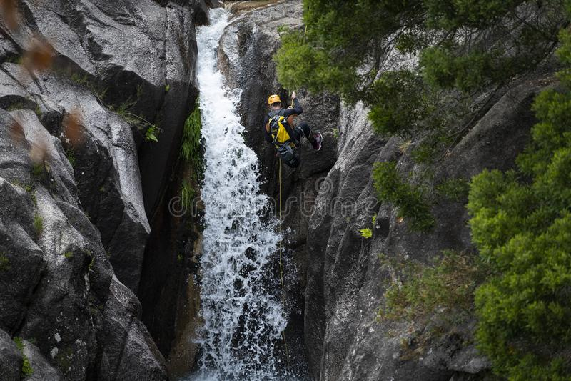 Один человек rappelling cascata водопада Arado сделать arado в национальном парке Peneda Geres стоковые фото