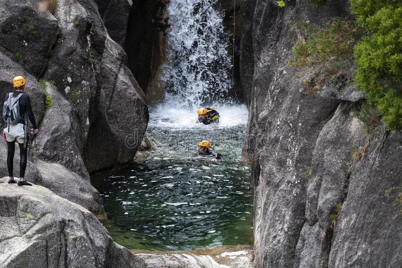 Один человек rappelling cascata водопада Arado сделать arado в национальном парке Peneda Geres, в Португалии стоковая фотография rf