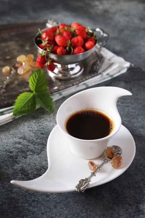 Одичалые клубники и чашка черного кофе стоковые изображения rf