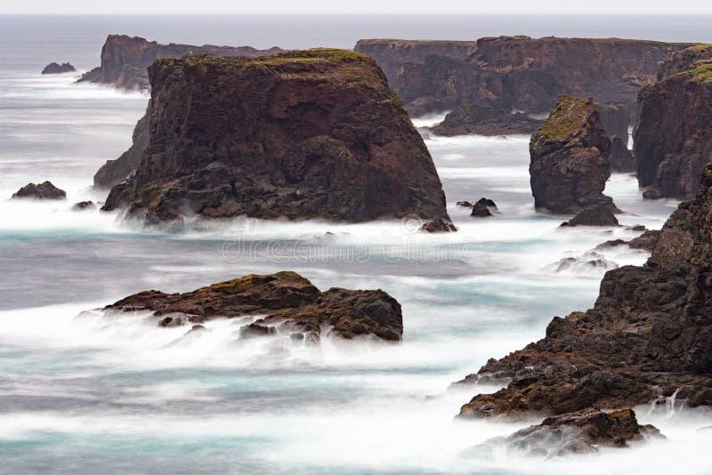 Одичалый Атлантический океан разбивает против стогов, утесов, и береговой линии моря стоковое изображение rf