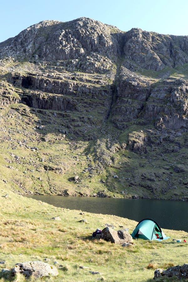 Одичалый располагаться лагерем в национальном парке района озера на летний день стоковая фотография