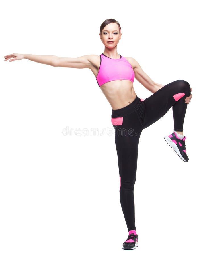 Одна женщина работая тренировку фитнеса разминки аэробную на студии изолировала белую предпосылку Протягивать стоковые изображения