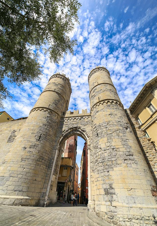 Одна из старинных ворота строба города, ` s Porta Soprana или St Andrew в Генуе стоковые изображения