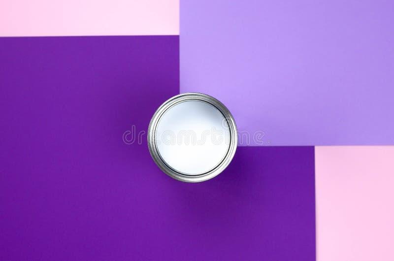 Одна консервная банка белой краски на розов-фиолетовой предпосылке стоковые изображения rf