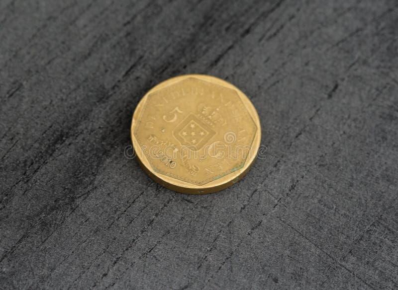 одна монетка гульдена Нидерланд Antillean на черной предпосылке стоковые фотографии rf
