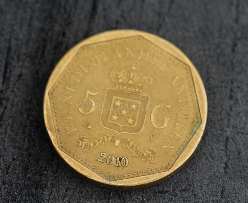 одна монетка гульдена Нидерланд Antillean на черной предпосылке стоковая фотография