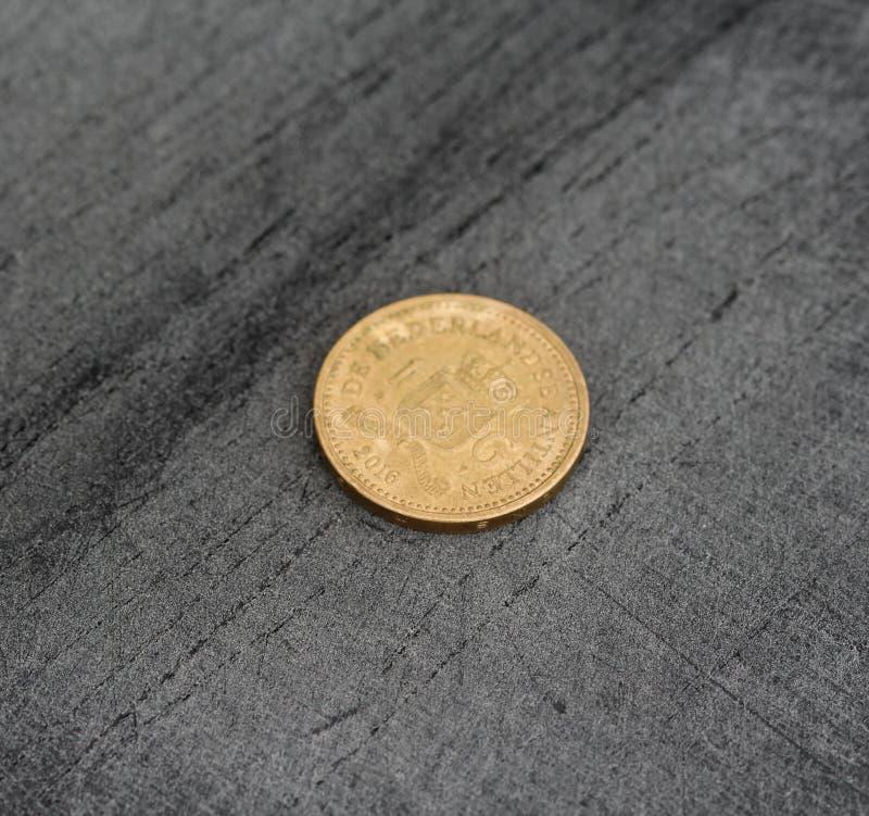 одна монетка гульдена Нидерланд Antillean на черной предпосылке стоковая фотография rf