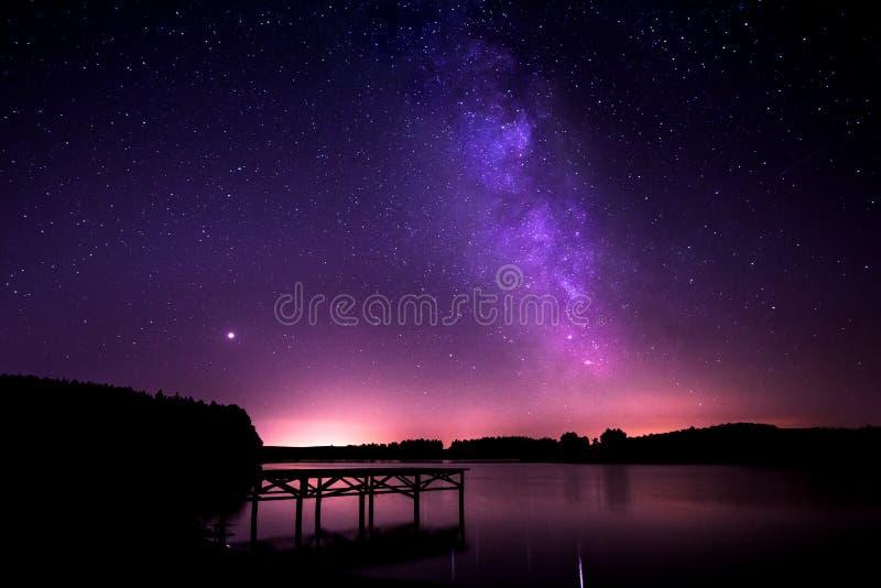 Одна ночь на озере - млечный путь Timelapse стоковая фотография rf