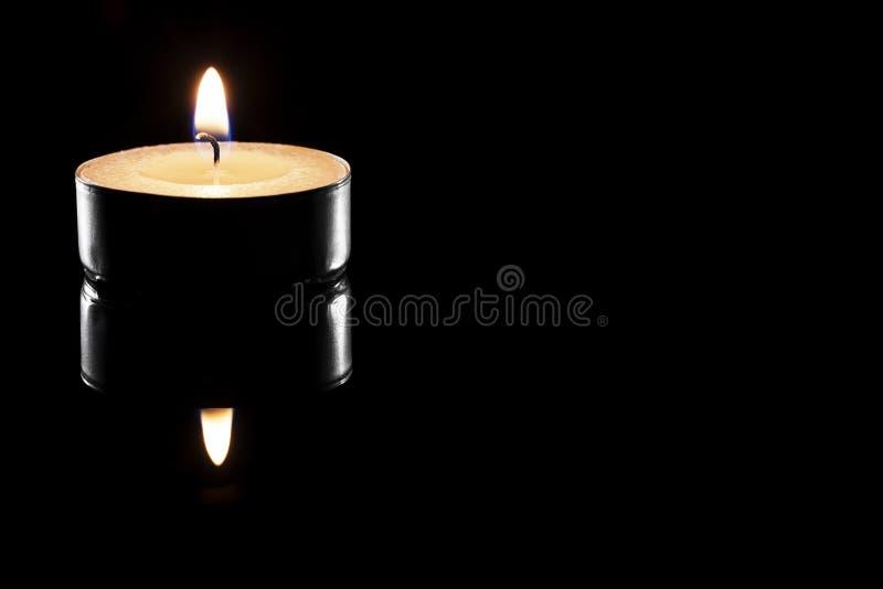 Одна свечка чая на черноте стоковые изображения
