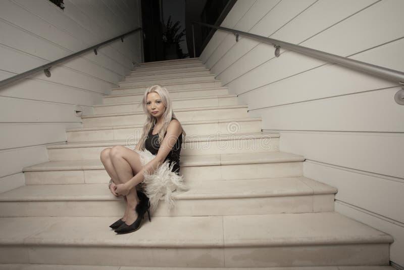 одна сидя женщина лестницы стоковые изображения