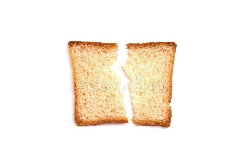 Одна сломленная часть лож тоста белого хлеба на белой предпосылке стоковое фото