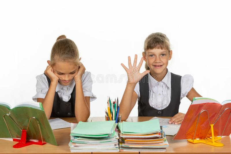 Одна школьница получила оценку 5, вторые 2 стоковые фотографии rf