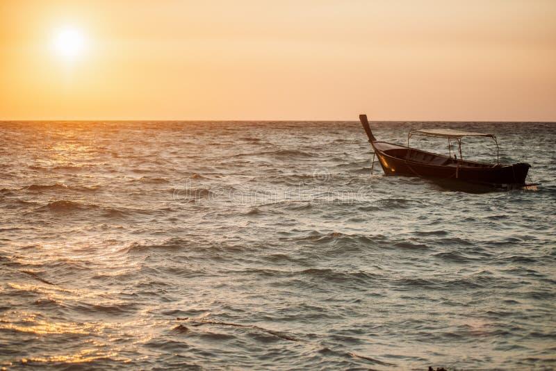 Одна шлюпка плавая в океан стоковые изображения