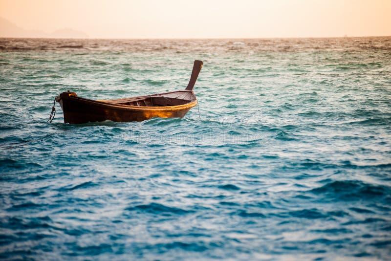 Одна шлюпка плавая в океан стоковая фотография