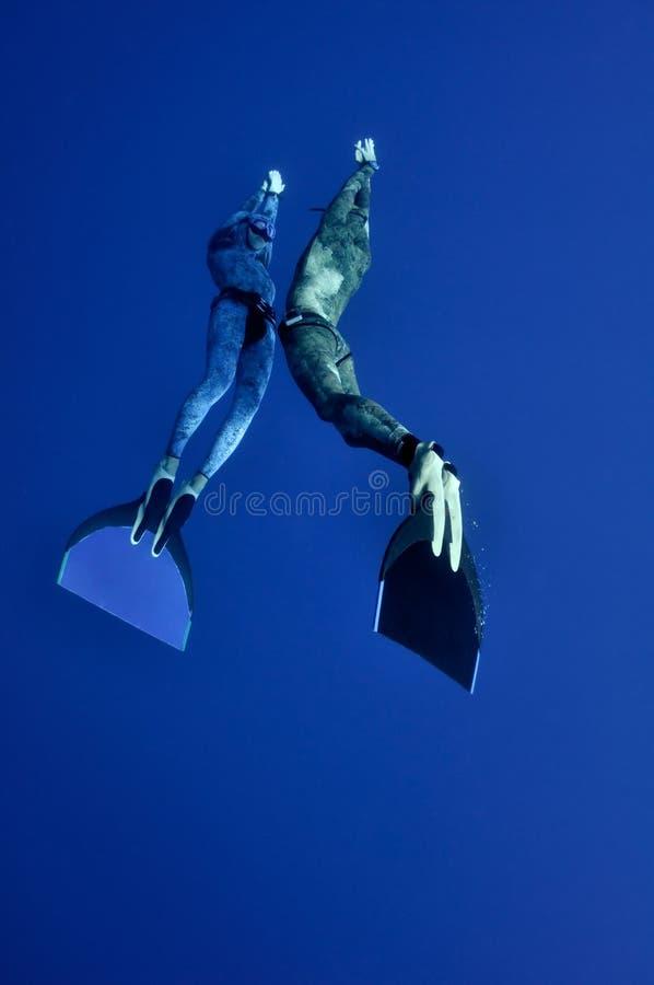 одновременное глубины freedive романтичное стоковое изображение