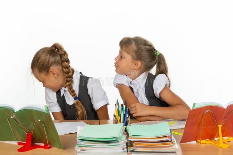Одноклассник показал язык к другому однокласснику стоковые фотографии rf