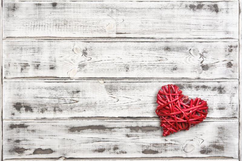 Одно большое красное сердце на предпосылке деревянных доск, дне ` s валентинки, празднике влюбленности стоковое изображение