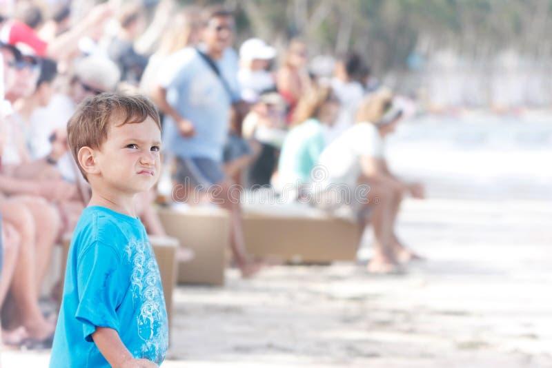 одно положение вентилятора толпы мальчика предпосылки стоковое изображение rf