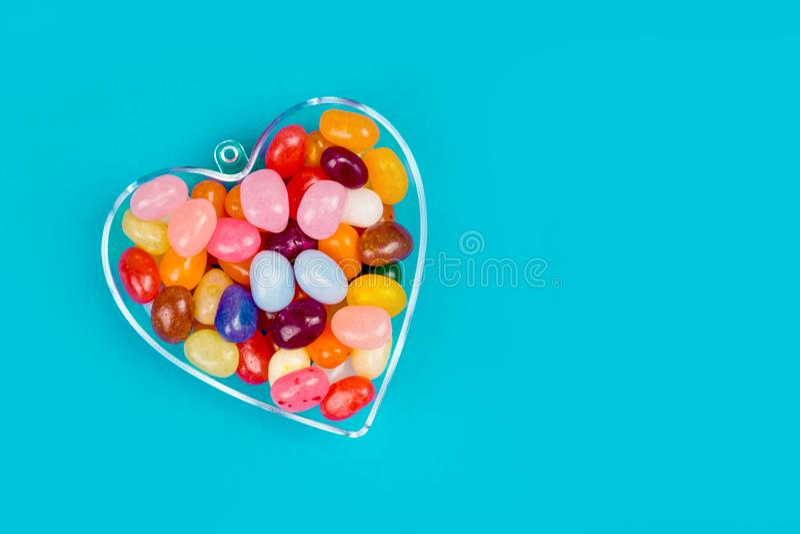 Одно сердце с конфетами на голубой предпосылке стоковые изображения