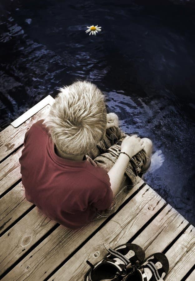 одно усаживание footbridge мальчика стоковое фото rf