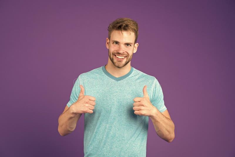Одобрите или порекомендуйте концепцию Человек со стороной гениальной улыбки небритой показывает большие пальцы руки вверх по пред стоковые изображения