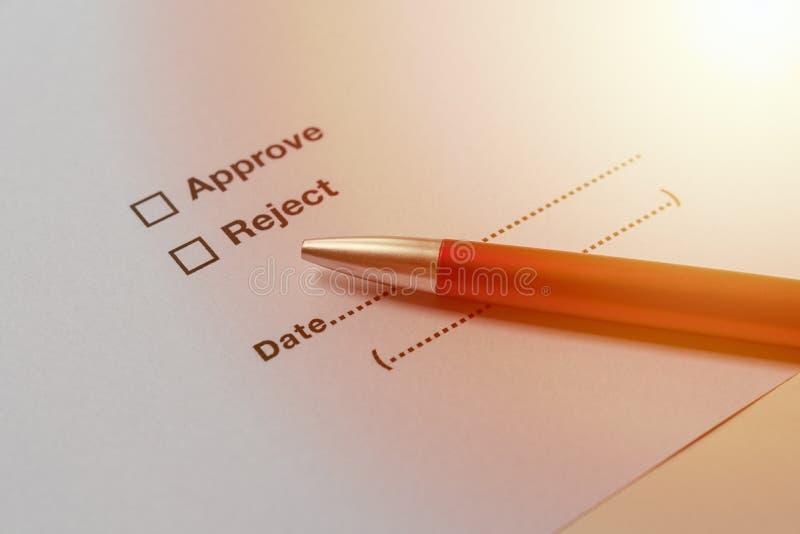 Одобрите и отвергните выборы на документе с ручкой, концепции дела стоковые фотографии rf