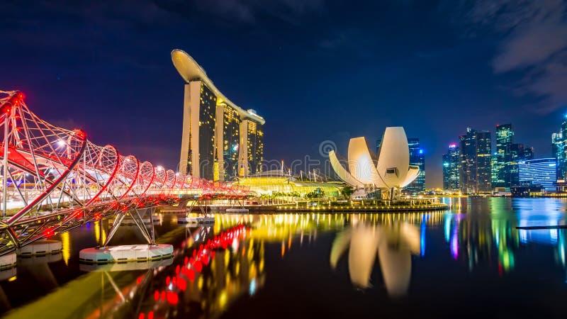 14-ое августа 2014 - город Сингапура: Залив Марины зашкурит гостиницу и музей науки с горизонтом города позади, съемка на восходе стоковые фотографии rf