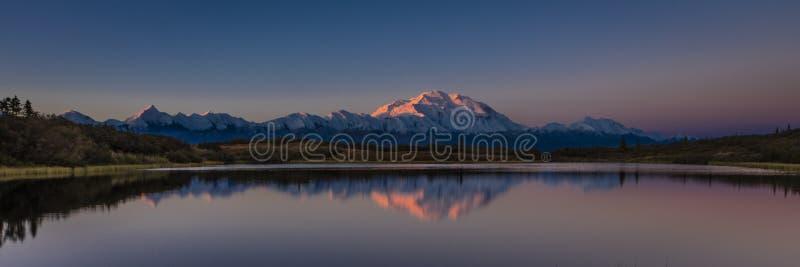30-ое августа 2016 - держатель Denali на озере интерес, ранее известном как Mount McKinley, самый высокий горный пик в Северной А стоковые изображения rf