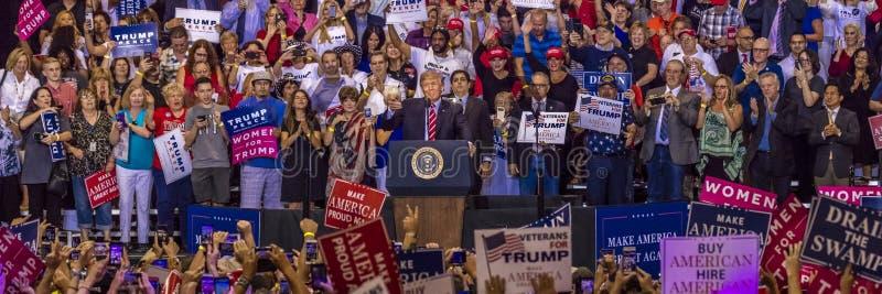 22-ОЕ АВГУСТА 2017, ФЕНИКС, AZ U S Президент Дональд j Козырь говорит к толпе сторонников на Кампания, демократия стоковые изображения rf